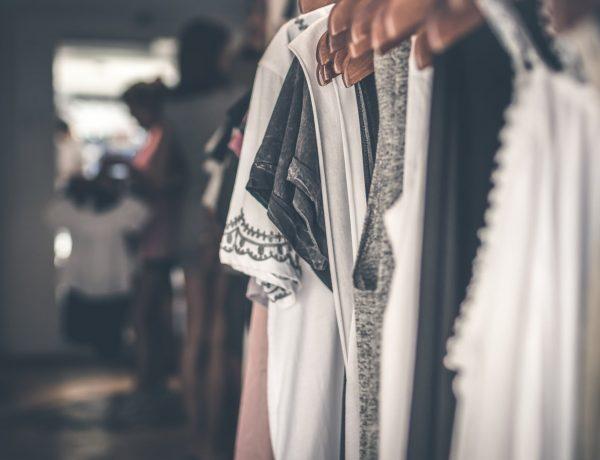 hängende Kleidung für mehr Ordnung und Übersicht im Kleiderschrank